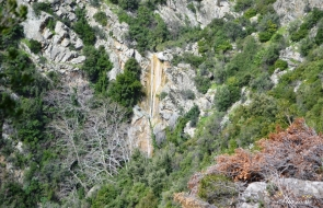Όρος Τελέθριο, Καταρράκτης Δαφνοκούκι πάνω από το χωριό